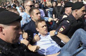 Rus muhalif Navalny'in ofisine polisler baskın yaptı!