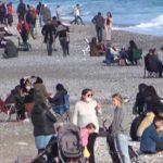 Güneşli havayı gören Antalyalılar sahile akın etti