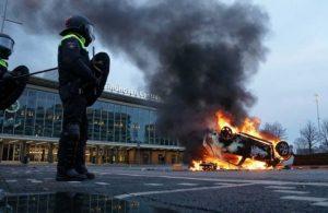 Hollanda'da isyan: 15 kentte acil durum ilan edildi!