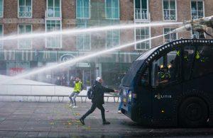 Hollanda'da 'kısıtlama' protestoları: 70 kişi gözaltına alındı