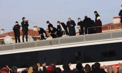 Yine aynı görüntüler: Erdoğan 'keyif çayı fırlatma' işini bakanlara devretti!