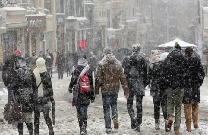 İstanbul'da kar yağışı başladı… Kentin batısındaki ilçeler beyaza büründü