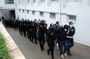 Aralarında polislerin de olduğu suç örgütüne operasyon: Tehdit edilen gencin evine 'kan davalısı' yazılmış