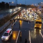 İstanbul'da yön tabelası yola devrildi: Trafik kilitlendi