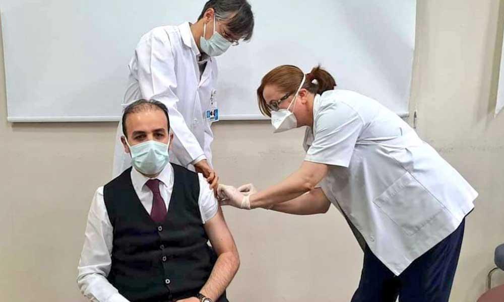 Koronavirüs aşısı uygulanmaya başlandı, sağlık emekçilerinden önce AKP'li vekil yaptırdı