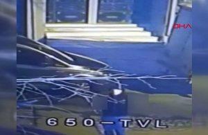 Ses sistemi çalan hırsız, güvenlik kamerasına el hareketi yaptı