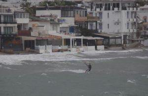 Yağmur ve fırtınaya aldırış etmeden uçurtma sörfü yaptı!
