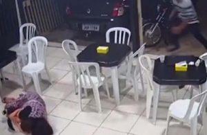 6 aylık hamile kadın oğlunu silahlı soyguncudan böyle korudu