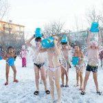 Anaokulu çocuklarına, -25 derecede buzlu su ile egzersiz