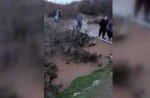 Çaya giren serviste mahsur kalan işçiler kurtarıldı