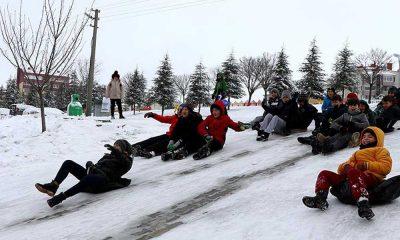 Kar topu oynamak isteyen çocuktan belediyeye: Karlar azalıyor, yolları açmayın