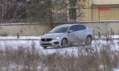 Diğer sürücülerin de hayatını tehlikeye atarak buz tutan yolda drift yaptı!
