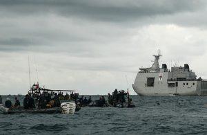 Endonezya'da düşen uçağın kara kutusu denizden çıkarıldı