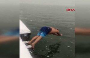 Yoğun kar yağışına aldırmadan İstanbul'da denize girdi