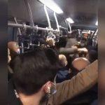 Metrobüste kaos: İki grup tekme ve yumrukla birbirine girdi!