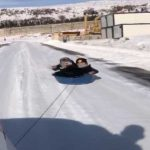 Aracının arkasına leğen bağlayarak çocuklarını kaydırdı! O anlar kameralara böyle yansıdı