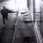 Kısıtlamayı ihlal ederken yakalanınca araçtan inip elinde tüfekle kaçtı!