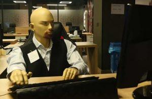 Evden çalışan iş arkadaşlarına özlemlerini ofise getirdikleri vitrin mankenleriyle ifade ettiler