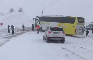 Yoğun kar yağışı nedeniyle kayan otobüs, yolu ulaşıma kapattı