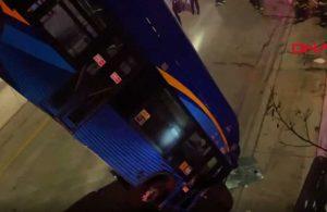 New York'ta bir yolcu otobüsü üst geçitte asılı kaldı