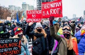Polonya'da tartışma yaratan kürtaj yasası yürürlüğe girdi
