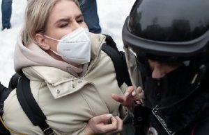 Rusya'da planlanan protestodan önce Navalni'ye yakın isimlere ev hapsi cezası verildi