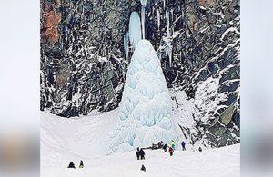 Rusya'da donan şelaledeki buz sarkıtı can aldı