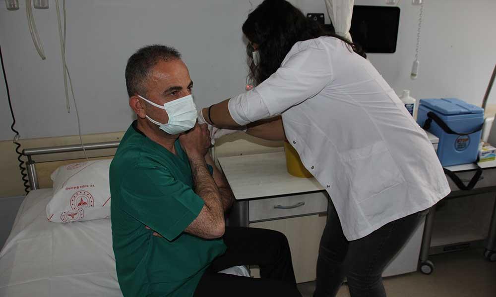 Koronavirüs aşısı yaptıran sağlıkçı sayısı 100 bini aştı