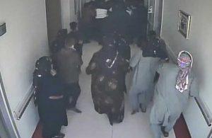 'Geçmiş olsun' ziyaretine 20 kişi geldiler, uyaran görevliye tekme tokat saldırdılar!