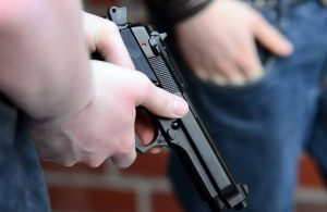 Serviste oğluyla tartışan 2 öğrenciyi tabancayla öldürdü