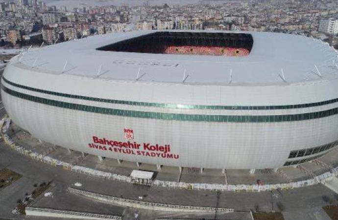 Fenerbahçe Sivasspor karşılaşması öncesi stadyum zemininde ilginç görüntü