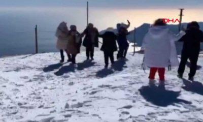 Rus turistler, 2 bin 365 metrelik zirvede 'Erik Dalı' ile oynadı