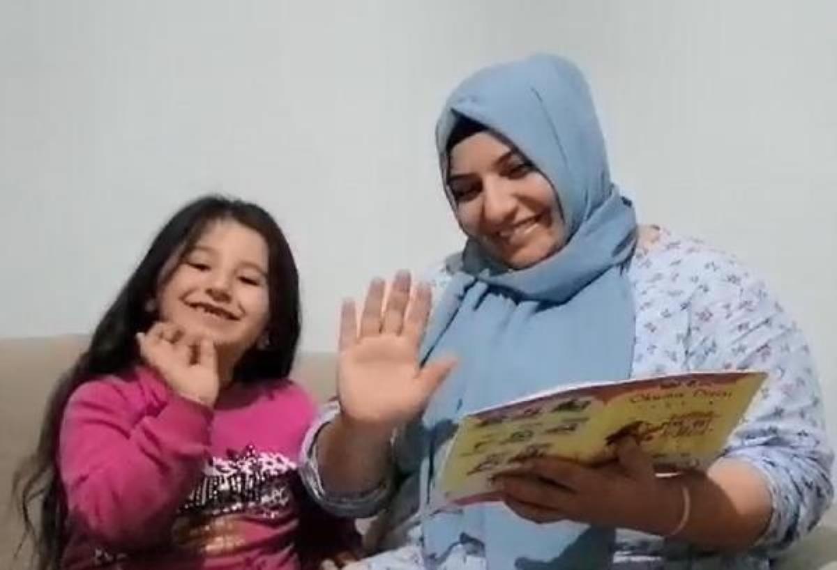 Kızıyla birlikte uzaktan eğitimden okumayı öğrendi