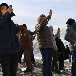 Telefon görüşmesi için karlı tepelere tırmanıyorlar