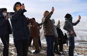 Telefon görüşmesi için kilometrelerce yürüyüp karlı tepelere çıkıyorlar
