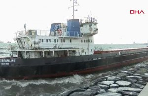 Marmara'da fırtına: Zeytinburnu'nda gemi karaya oturdu