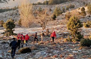 Dağda kayıp hayvanlarını ararken düşüp yaralanan 2 kişi, helikopterle kurtarıldı