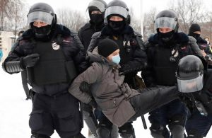Rus Polisinden öğrencilere gözaltına alma eğitimi