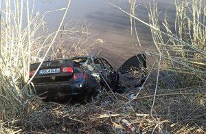 Çaya uçan otomobilin sürücüsü hayatını kaybetti