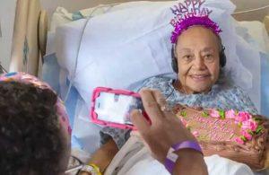 Koronavirüs tedavisi gören 104 yaşındaki kadına doğum günü sürprizi