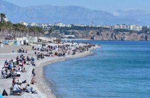 Antalya'da güneş çıktı, Konyaaltı Sahili doldu taştı