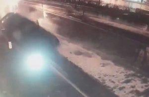 Metrelerce havalanan otomobil tarihi su kemerine çarptı: 2 yaralı