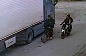 Bisikletten düştü, telefonunu çalan hırsızları kovaladı