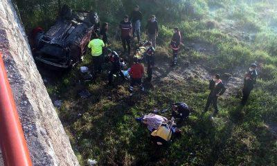 Virajı alamayan otomobil uçuruma yuvarlandı: 2 yaralı