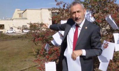 Yanıtsız kalan soru önergelerini Meclis bahçesinde ağaca astı, Bakan Koca'ya seslendi