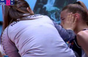 Rakip oyuncunun tedavisine koştu, gözyaşlarını silerek destek oldu