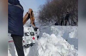 Hasta almaya giden ambulans çığ altında kaldı