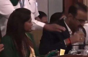 Hindistan'da bir yetkili bütçe toplantısında su yerine dezenfektan içti: O anlar gündem oldu!