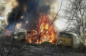 Anız yangını otoparka sıçradı: 28 hurda araç zarar gördü