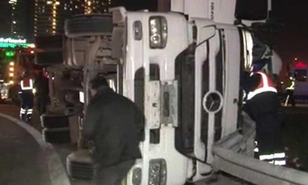 TEM Otoyolu'nda TIR devrildi, yaralılar var: İstanbul'da trafik kilitlendi!